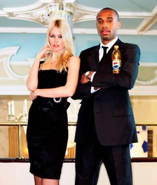Thierry Henry et Claudia Schiffer : le match France Allemagne de Pepsi