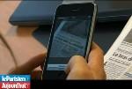 Le lecteur photographie l'article via son iPhone pour pouvoir déposer un commentaire