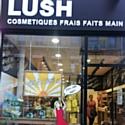 Le personnel des magasins Lush se met en cage