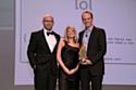 Lawrence Kimmel à gauche remet le prix aux répsentants de At&T et son agence BBDO New York