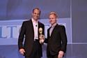 Lawrence Kimmel, CEO de la DMA (à droite) remet le prix à Nate Richardson, dg de Gilt City.