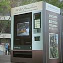 L'office du tourisme de Colombie Britannique a installé un distributeur decadeaux.