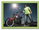 Jorian Ponomareff, un des deux ambassadeurs choisis par la marque, crée l'événement sur YouTube avec ses exploits à moto.