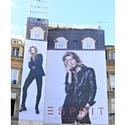 Esprit s'expose sur la Place des Victoires.