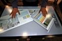 """Les clients peuvent intégrer à l'écran les photos de leur intérieur pour essayer en """"grandeur nature"""" les différentes couleurs proposées en magasin."""