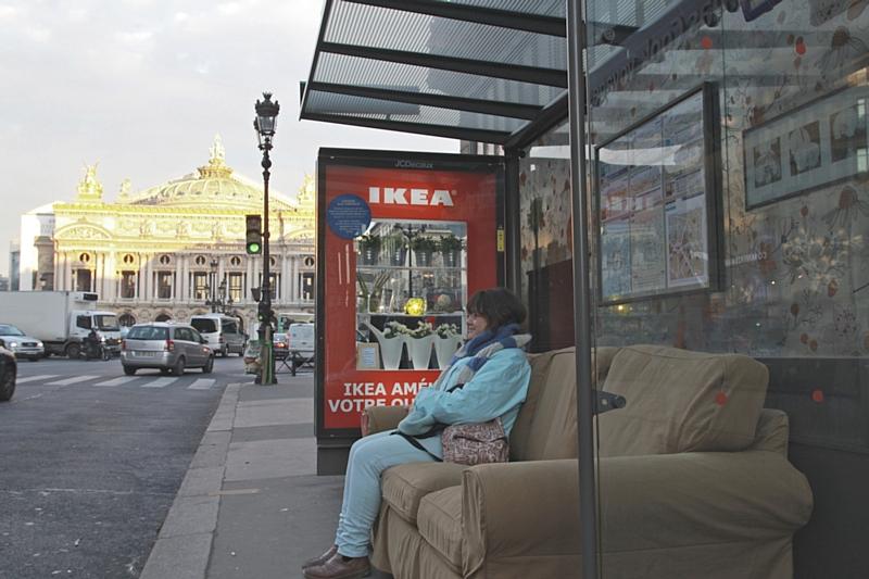 ikea installe ses canap s dans les abribus. Black Bedroom Furniture Sets. Home Design Ideas