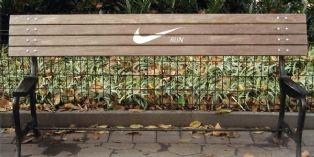 Nike Run sur un banc public