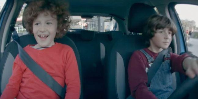 Dacia met des enfants au volant pour ses 10 ans
