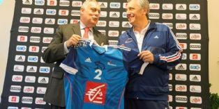 La Caisse d'Épargne apparaît désormais sur le maillot des joueurs de l'équipe de France de handball emmenés par Claude Onesta (à droite)