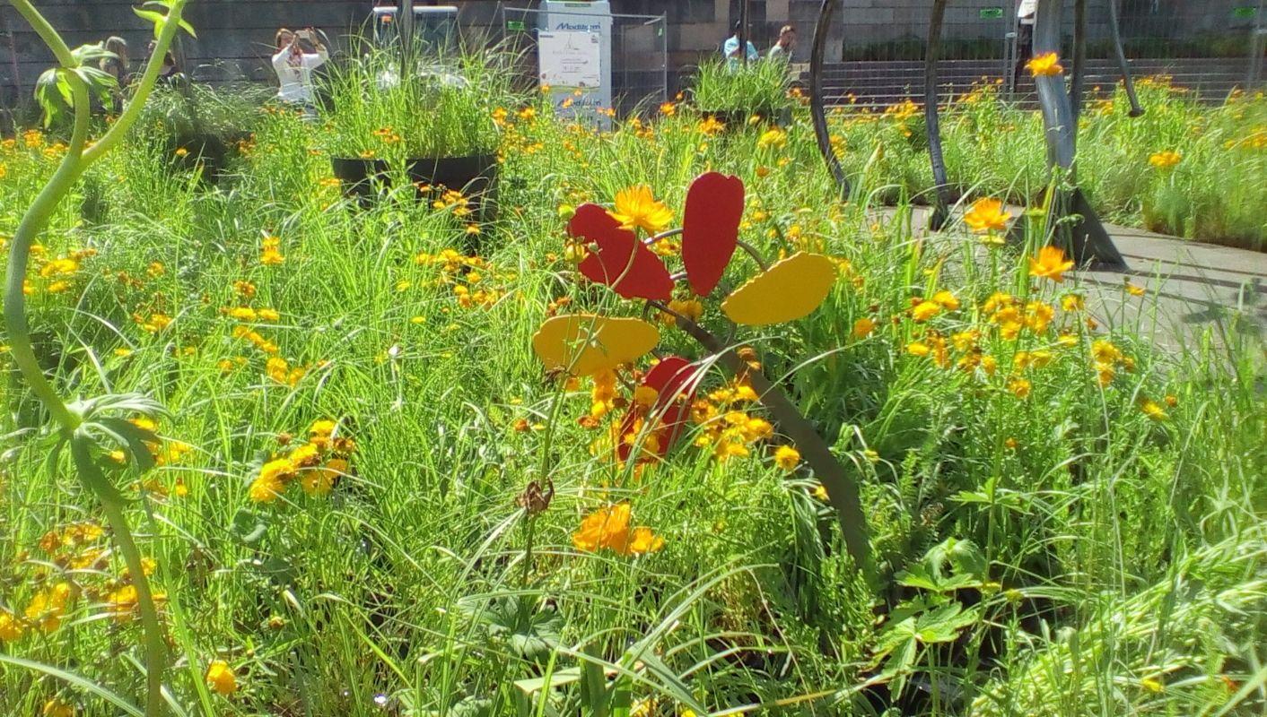 Yoplait 50 ans dans un jardin au pied de la tour eiffel for Au jardin de la tour